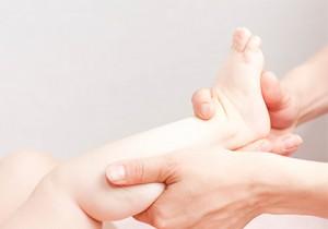 Massage d'un pied de nourrisson