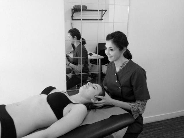 Calypso Choux, ostéopathe à Lyon, manipule la tête d'une patiente